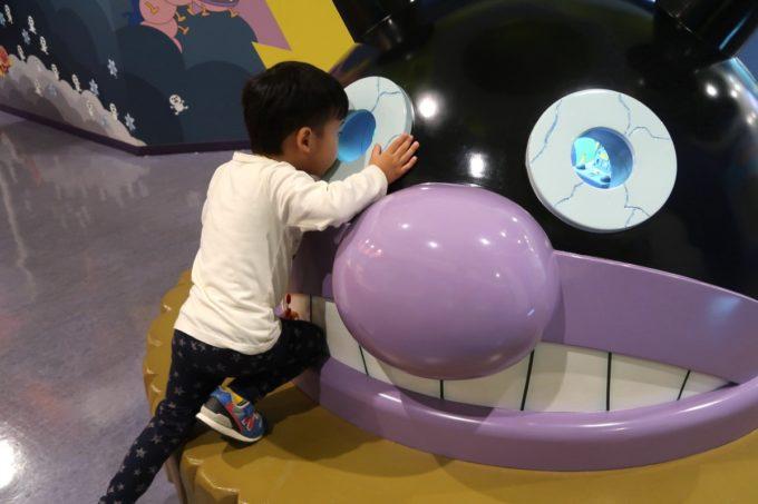 「仙台アンパンマンこどもミュージアム」たんけんランドのバイキンマンを覗き込む