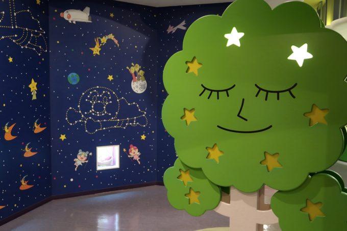 「仙台アンパンマンこどもミュージアム」たんけんランドの眠そうな木