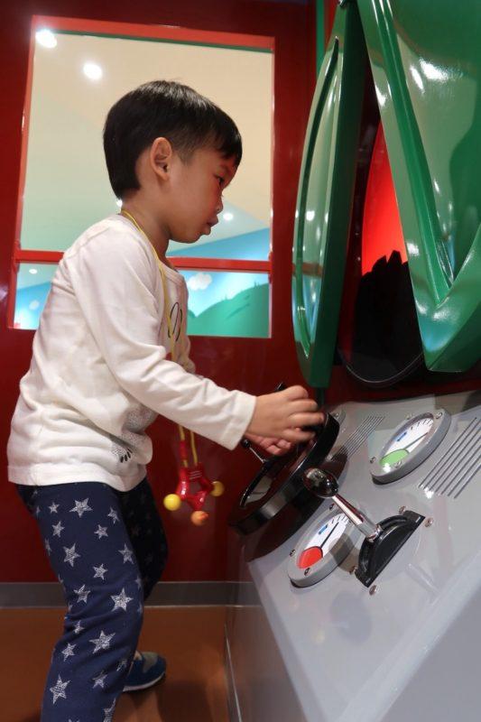 「仙台アンパンマンこどもミュージアム」SLマンに乗り込み操作するお子サマー