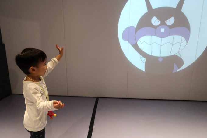 「仙台アンパンマンこどもミュージアム」ジャンプルームでバイキンマンにバイバイする