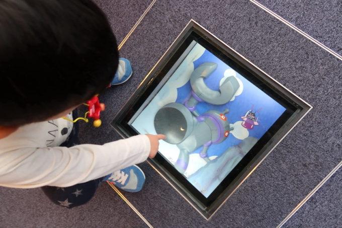 「仙台アンパンマンこどもミュージアム」おでむかえひろばの床を指差し「だだんだんだ!」と喜ぶお子サマー