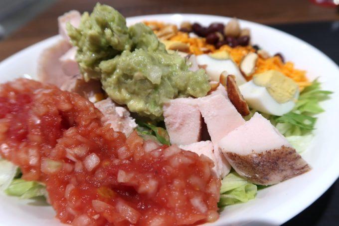 那覇・桶川「Burrito&Tacos Bremen(ブレーメン)」のワカモレチキンサラダ(600円)をアップで撮影(フレッシュサルサ、低温調理のチキン、ワカモレ)