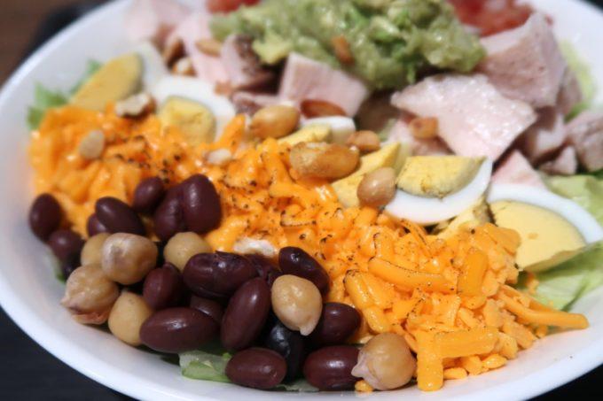那覇・桶川「Burrito&Tacos Bremen(ブレーメン)」のワカモレチキンサラダを逆サイドから撮影(ひよこ豆、炙りのチェダーチーズ、茹で卵)