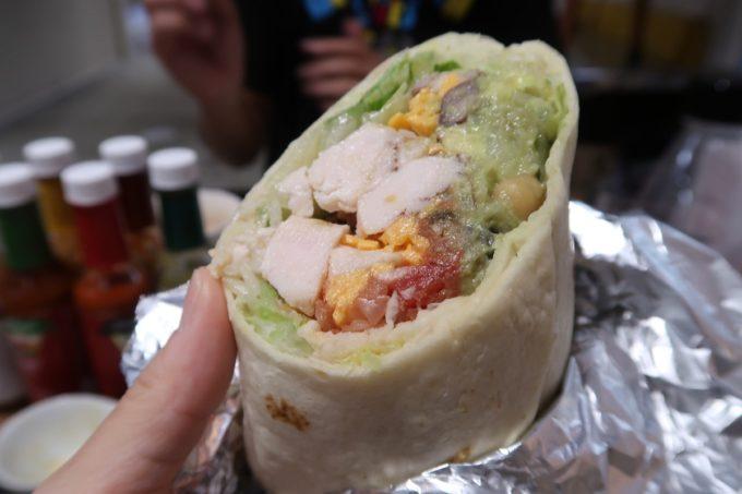 那覇・桶川「Burrito&Tacos Bremen(ブレーメン)」ご主人サマーが食べていたランチセットのブリトー(ワカモレチキン、700円)
