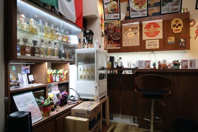 那覇・桶川「Burrito&Tacos Bremen(ブレーメン)」に飾られるテキーラなど