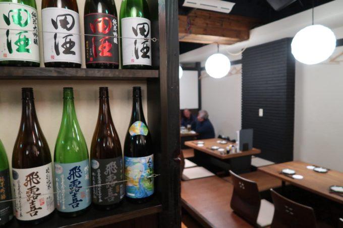 仙台「奥州酒場 ちだちゃん」の店内(酒瓶と小上がり)