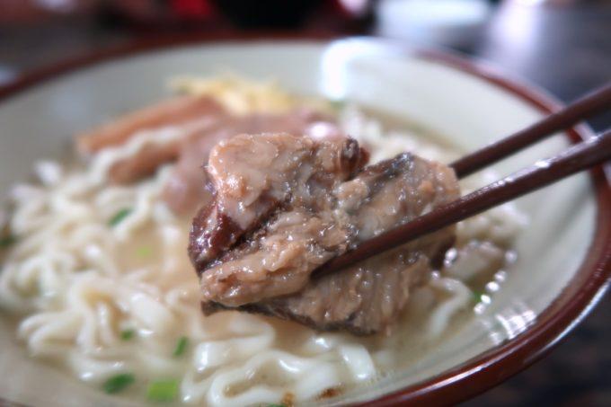 中城村「ちゅるげーそば なかぐすく古民家」の軟骨ソーキ