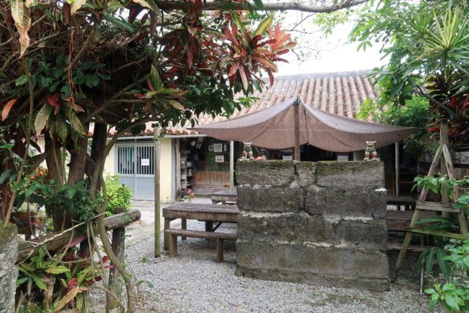 中城村「ちゅるげーそば なかぐすく古民家」の中庭とテラス席