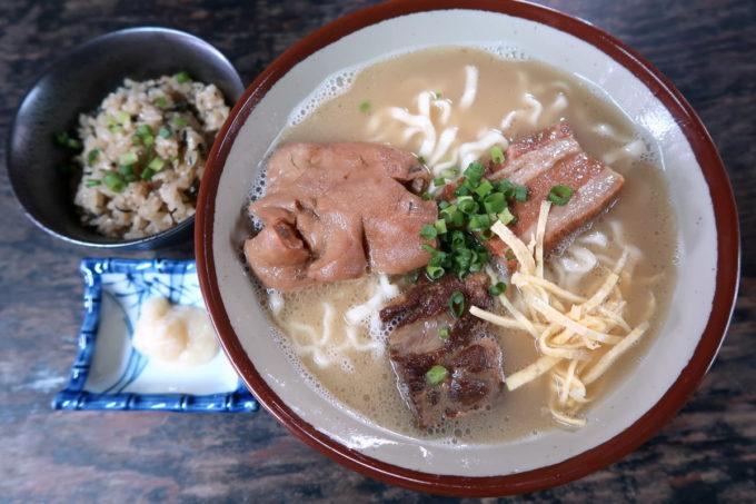 中城村「ちゅるげーそば なかぐすく古民家」で食べた、ちゅるげーそば(850円、こってりスープ、ちぢれ麺)
