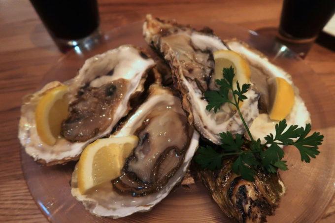 「クラフトマン仙台」の殻付き生牡蠣(1個380円)