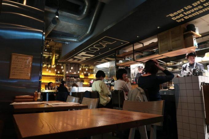 「クラフトマン仙台」の店内(カウンター席、テーブル席)