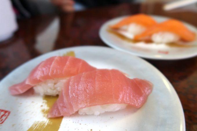 北谷町美浜「回転寿司 一番亭」まぐろとサーモン(各170円)