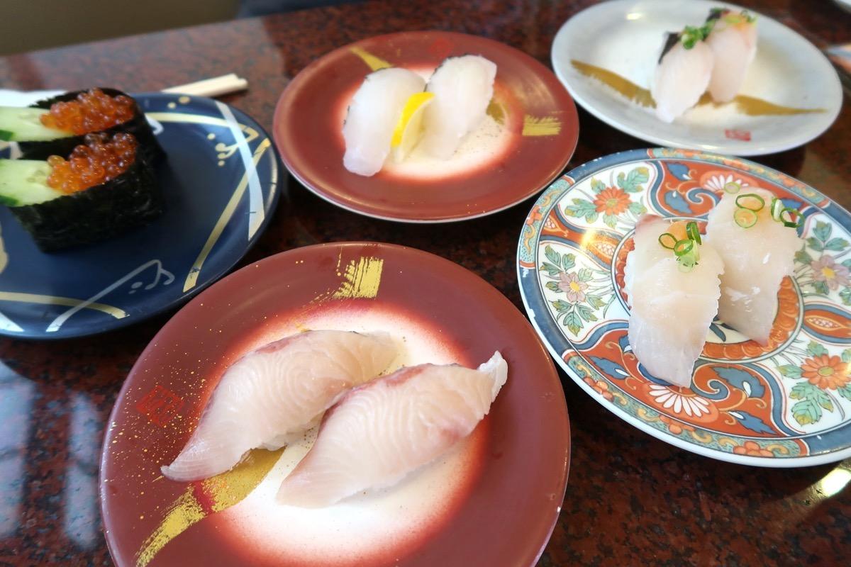 北谷町美浜「回転寿司 一番亭」の回転寿司のお皿を並べる