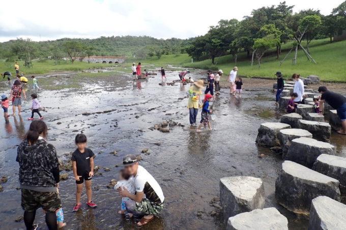 沖縄県うるま市「倉敷ダム」10時頃になると川遊びする家族が増えてきた