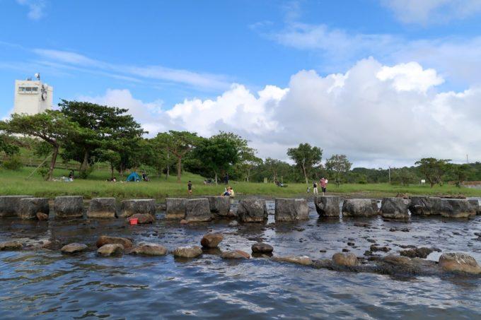 沖縄県うるま市「倉敷ダム」にある川の中の飛び石