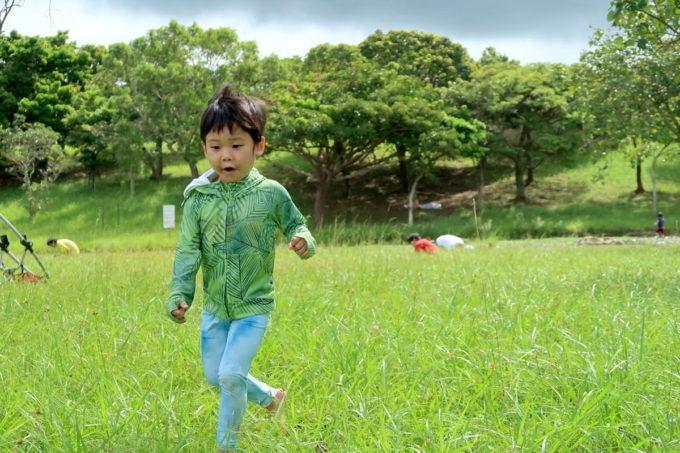 沖縄県うるま市「倉敷ダム」広場を走り回るお子サマー