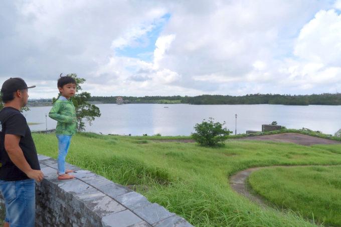 沖縄県うるま市「倉敷ダム」を臨む