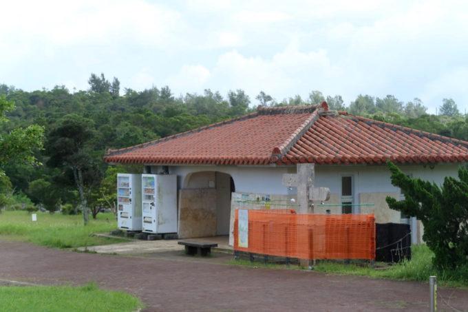 沖縄県うるま市「倉敷ダム」のお手洗いとシャワー(利用できない)