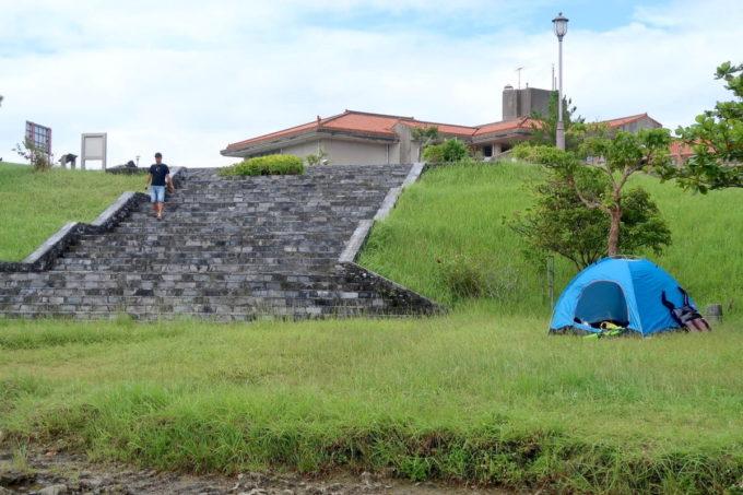 沖縄県うるま市「倉敷ダム」の川付近にワンタッチテントを持ち込むファミリーが多かった