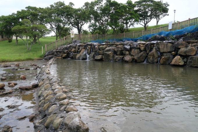 沖縄県うるま市「倉敷ダム」水遊びできる滝というか池