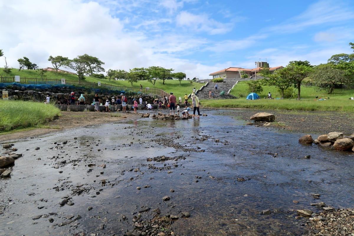 沖縄県うるま市「倉敷ダム」の広々とした川