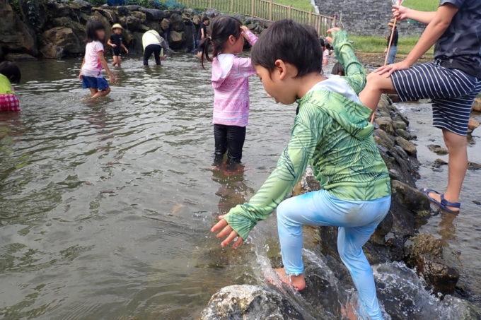 沖縄県うるま市「倉敷ダム」池に入るお子サマー