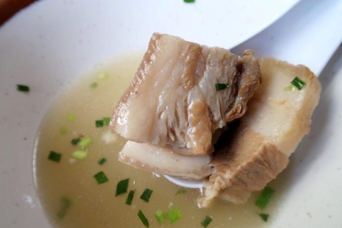大宜味村「前田食堂」そば(小、550円)の三枚肉
