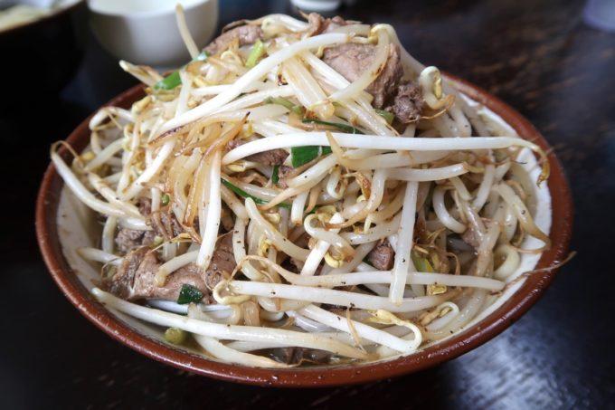 大宜味村「前田食堂」牛肉そば(800円)は炒めた牛肉とモヤシとニラが山のように盛り付けられている