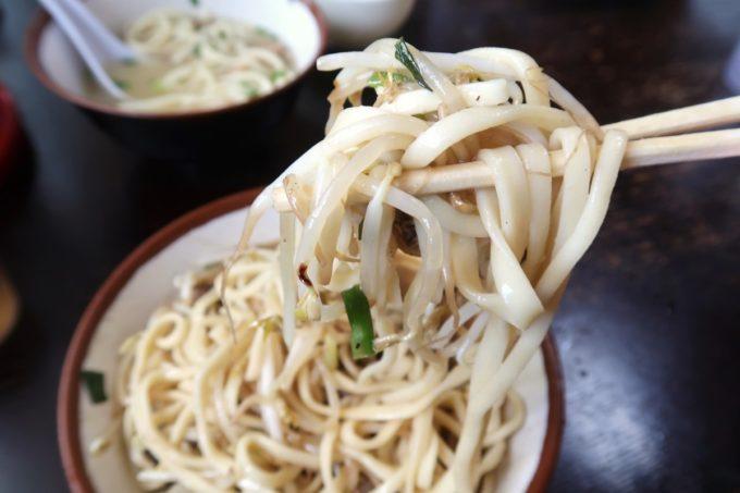 大宜味村「前田食堂」の麺を食べようにももやしが邪魔をする