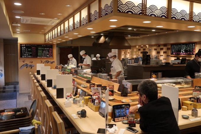 仙台の回転寿司「にぎりの徳兵衛 仙台駅前店」の店内(カウンター席)