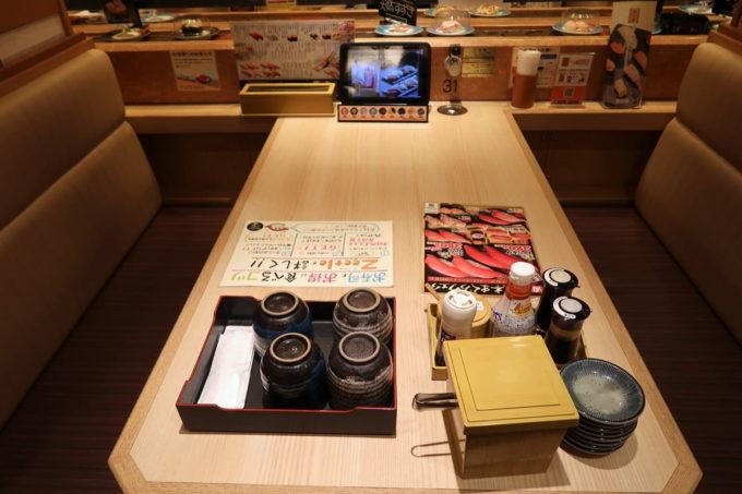 仙台の回転寿司「にぎりの徳兵衛 仙台駅前店」の店内(ボックス席)