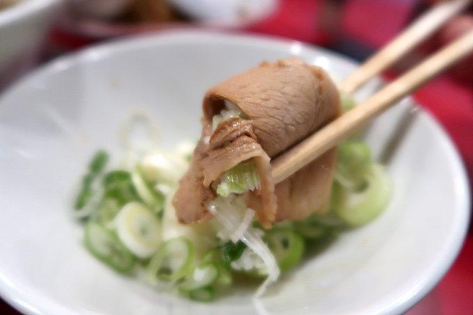 仙台「末廣ラーメン本舗 仙台駅前分店」薄切りチャーシューはネギを巻いて食べてもおいしい