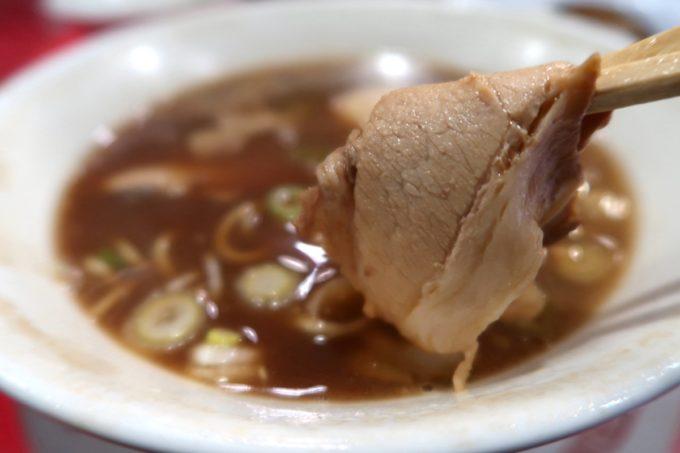 仙台「末廣ラーメン本舗 仙台駅前分店」中華そばのチャーシューは薄切りで食べやすい