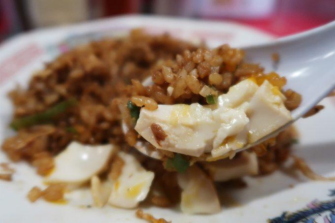 仙台「末廣ラーメン本舗 仙台駅前分店」ヤキメシに味玉をくだいて混ぜながら食べる