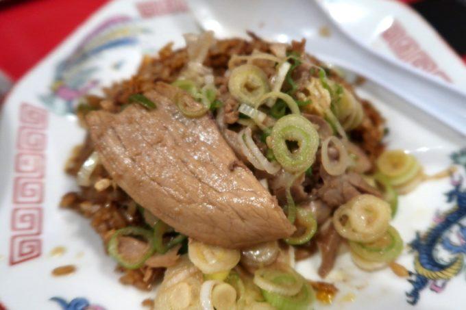 仙台「末廣ラーメン本舗 仙台駅前分店」ヤキメシに薄切りチャーシューやネギを乗せて食べる