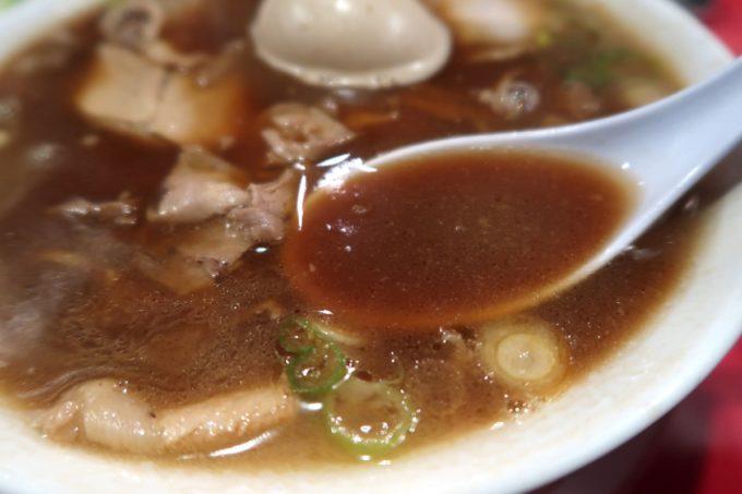 仙台「末廣ラーメン本舗 仙台駅前分店」中華そばの黒い昭和なスープは野菜・豚・鶏を使って出汁をとっている