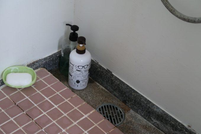 沖縄県東村「つつじエコパーク」キャンプ場の簡易シャワーの備え付けられたシャンプーやボディーソープ