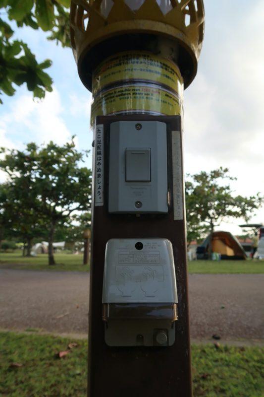 沖縄県東村「つつじエコパーク」キャンプ場のオートサイトの電源とライト