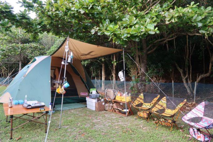沖縄県東村「つつじエコパーク」のキャンプ場で張ったテントの様子