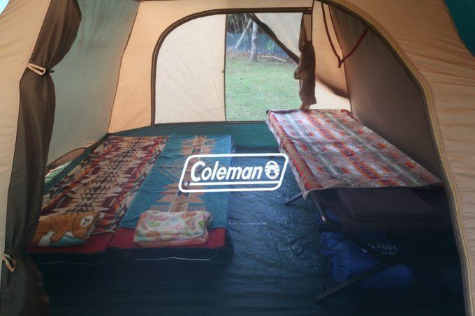 沖縄県東村「つつじエコパーク」のキャンプ場のテントの中の様子