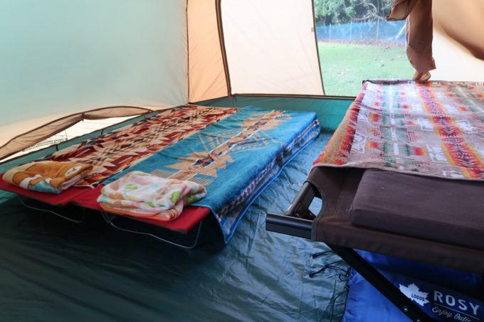 沖縄県東村「つつじエコパーク」のキャンプ場ではコットを用意した