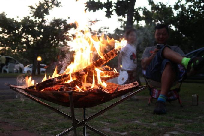 沖縄県東村「つつじエコパーク」のキャンプ場で焚火を楽しむ