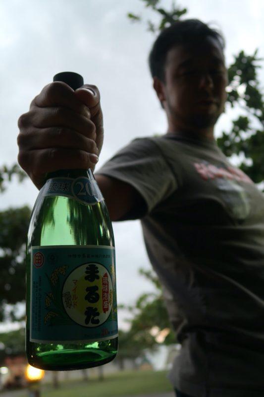 沖縄県東村「つつじエコパーク」のキャンプ場で泡盛のまるたを飲む