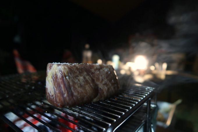 沖縄県東村「つつじエコパーク」でエアーズロック並の牛肉ステーキをいただく