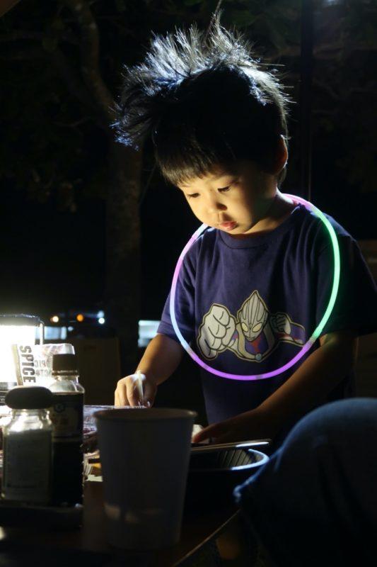 沖縄県東村「つつじエコパーク」真っ暗なキャンプ場では蛍光ブレスレットが大活躍する