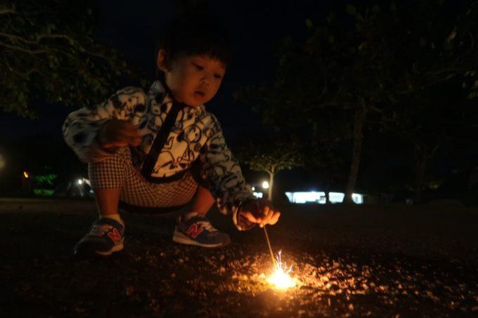 沖縄県東村「つつじエコパーク」キャンプ場で花火を楽しむ