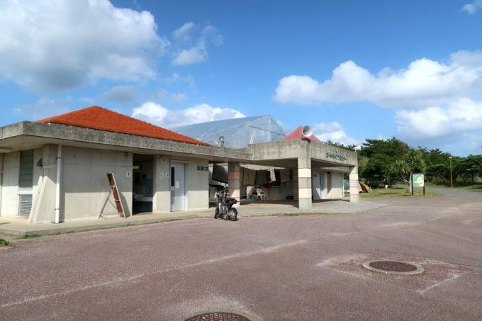 沖縄県東村「つつじエコパーク」キャンプ場の管理棟・レンタル場所