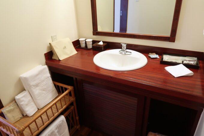 沖縄の老舗「カヌチャリゾート」オーキッド棟の洗面台まわり