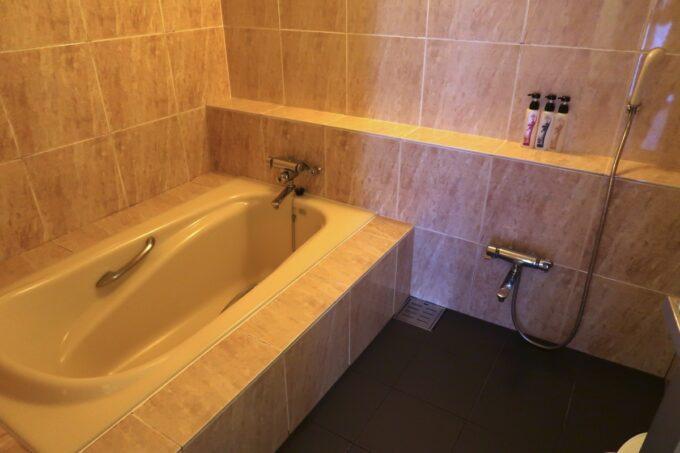 沖縄の老舗「カヌチャリゾート」オーキッド棟のバスルーム