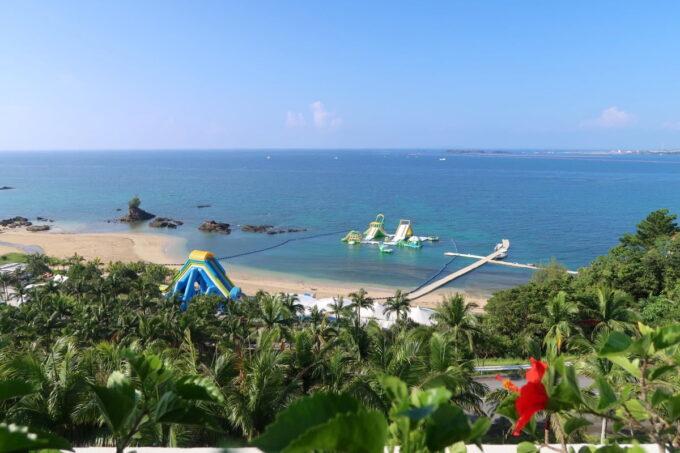 沖縄の老舗「カヌチャリゾート」オーキッド棟からビーチを眺める